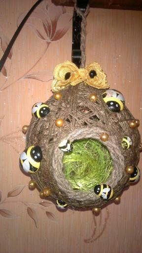 Это домик для пчел , сделанный из льняных ниток.