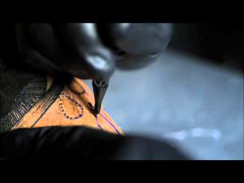 Como se realiza un tatuaje. Muestra la máquina de tatuar y la cantida de agujas que utiliza para el relleno del dibujo.  Es un arte y un sufrimiento total.