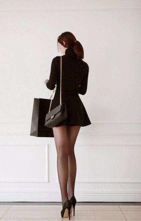 Cualquier hombre fantasea con una mujer vestida así: mini vestido, medias y  tacones, todo en color negro.