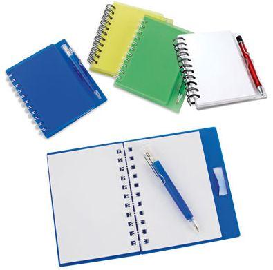 #Libreta doble #argolla. 100 #hojas #blancas sin #impresión. #Tapa dura #inyectada con porta #bolígrafo. #incluye bolígrafo. #Colores #Azul, #Rojo, #Verde, #Amarillo, #Transparente y #Blanco #Mate