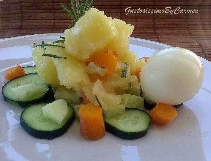 Un contorno o un piatto unico?Io dico che questa insalata di patate carote cetrioli e rosmarino può sostituire un pasto, poche calorie ma tanta sostanza!