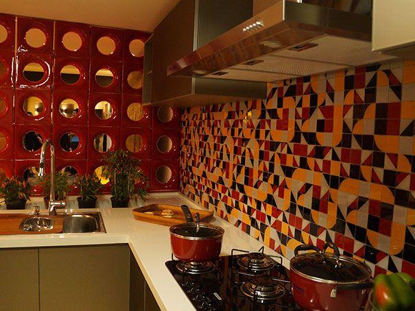 Cozinha super contemporânea. Elemento vazado colorido, ou famoso também como cobogó, e cerâmica colorida e formas geométricas.