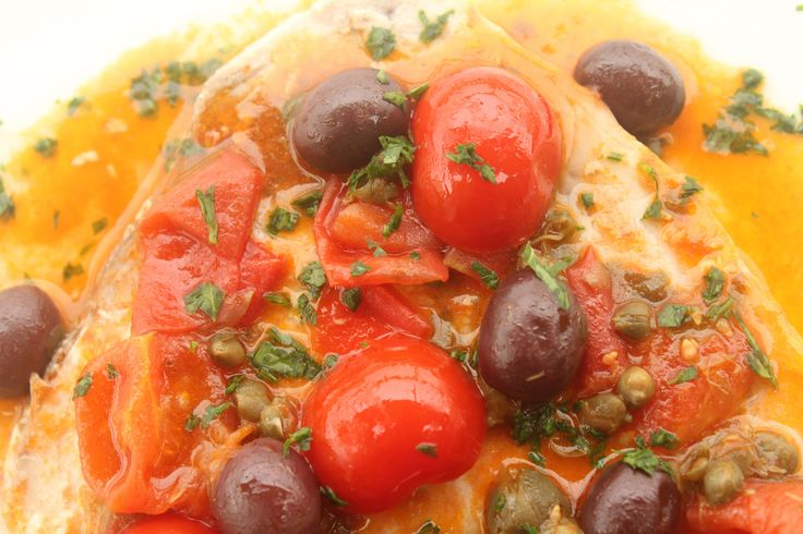 Il pesce spada alla ghiotta Bimby cotto al Varoma è speciale. Un piatto della cucina siciliana con capperi, olive e pomodorini.