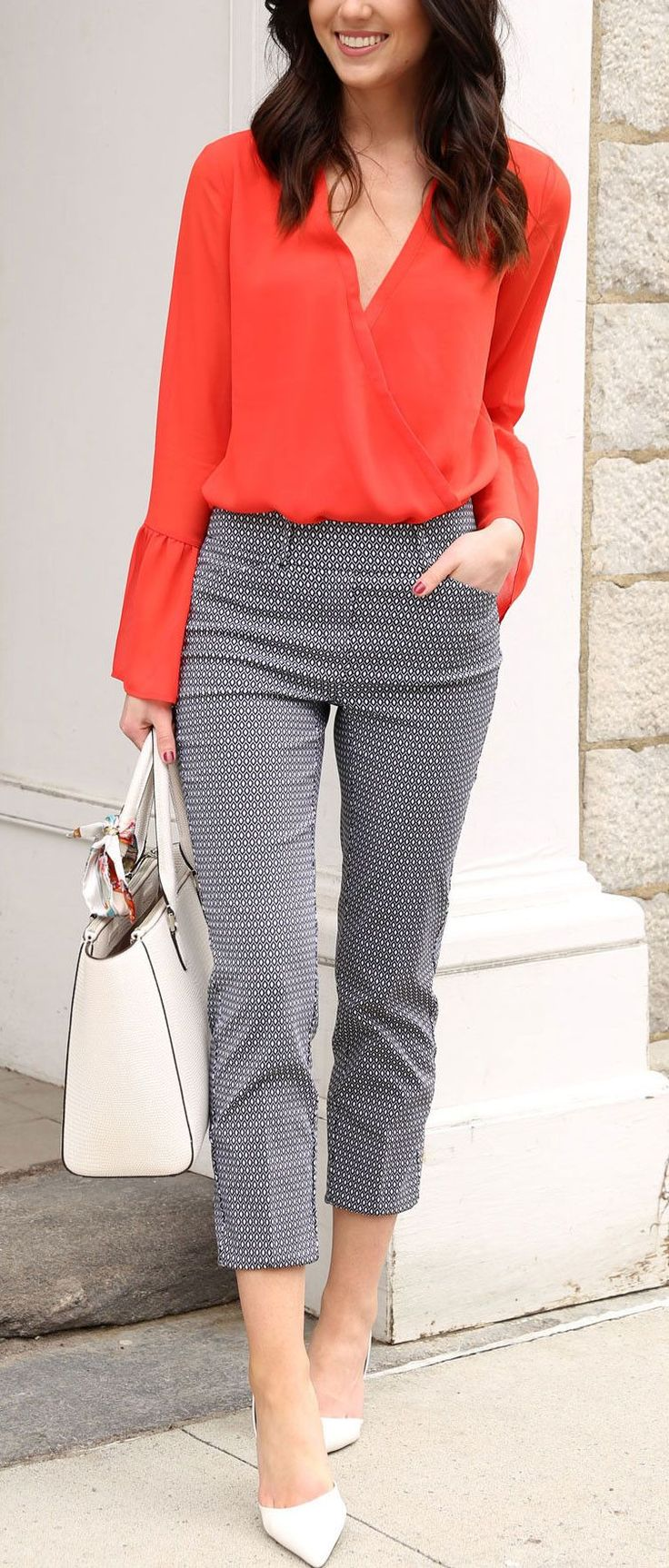#winter #outfits Camisa de manga larga naranja sobrepelliz, pantalones capri grises, sandalias de punta blanca y bolso de cuero blanco #womenclothingwinter
