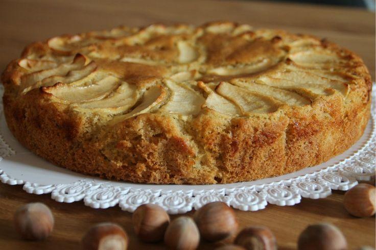 Buon settembre amici! Oggi vi presento la torta di mele e nocciole, un dolce tipico di fine estate...