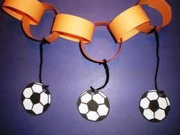 knutselen lesidee voor wk voetbal - Google zoeken Ringen in zwart - geel - rood en voetballetjes