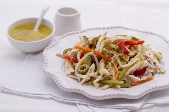 L'insalata di pollo saporita è una pietanza fresca e appetitosa, tipicamente estiva: può essere servita fredda come antipasto oppure come secondo piatto.