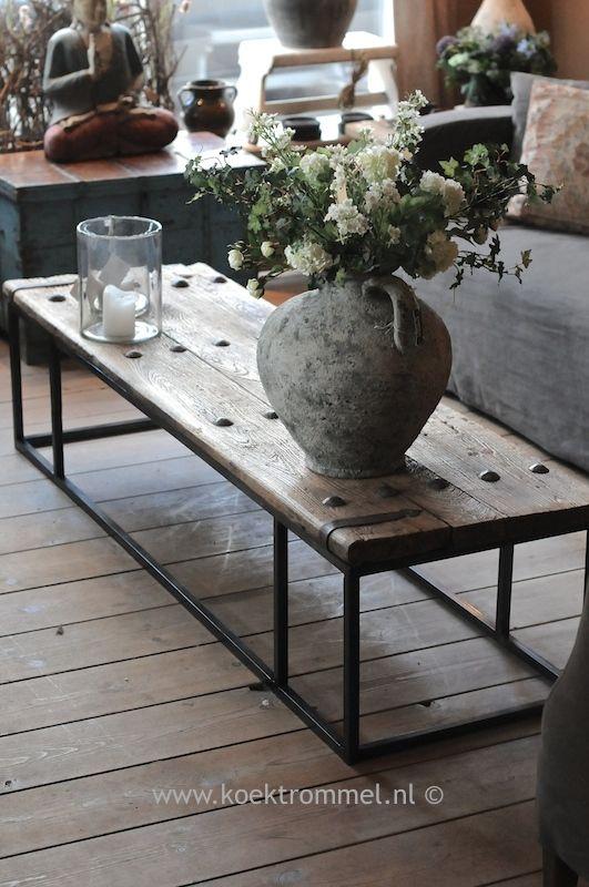 salontafel van oude deur met ijzerbeslag