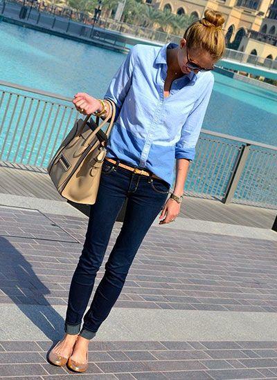 青シャツ×濃紺デニムジーンズのコーデ(レディース)海外スナップ | MILANDA
