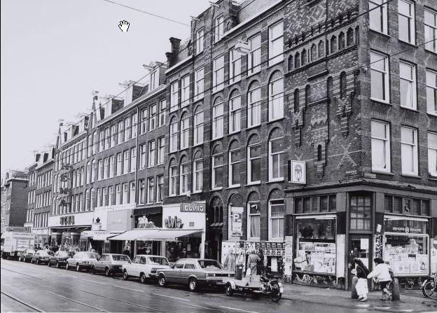 Kinkerstraat 112-114-116 enzovoort, rechts de hoek van de Bilderdijkkade en links de ingang Tollensstraat.  wie, wat, wanneer, waar