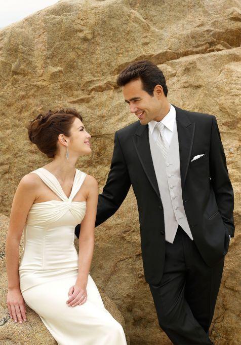Jas pengantin pria yang modelnya bagus dan elegan warnanya hitam dipesan baru dibuatkan.  Harga jas pengantin di sini sangat murah. Sementara kualitasnya terjamin. Yang mau beli jas pengantin. Merapat ke sini dulu siapa tahu ada model yang cocok dan langsung deh pesan
