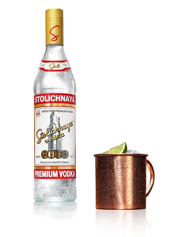STOLI MULE - Ingrédients: 4 cl de vodka Stolichnaya, Citron vert, Bière de gingembre - Préparation: Presser un demi-citron vert dans une tasse en cuivre ou un tumbler à whisky, ajouter deux glaçons et 4 cl de Stolichnaya. Compléter avec la bière de gingembre et remuer brièvement.