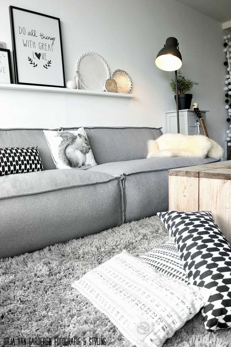 Zwart, wit & hout: Onze nieuwe bank!! Why not to get Scandinavian style to you home? Use fur, light colors, and lots of wood. See more Scandinavian Home Design Ideas at www.homedesignideas.eu