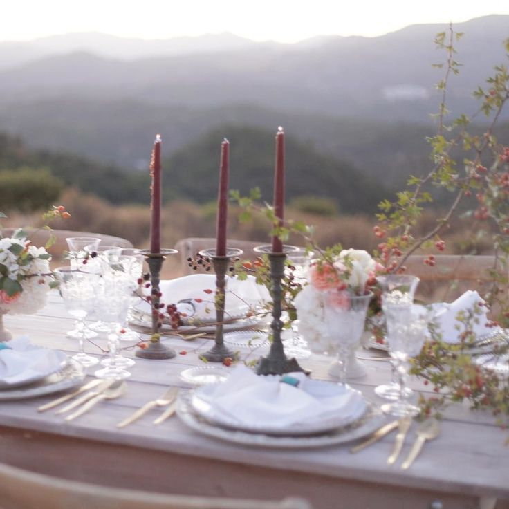 Una mesa de otoño en la montaña de Marbella para una celebración muy especial hoy !!   . . #autumn  #marbella #pedronavarroweddings #marbellaautumn #destinationweddings #weddingstyle #weddingdecor #escaramujo #rosasramificadas #glasses #charger #goldcutlery #cuberteria #cuberteriadorada #flowers #decoracion #bodas