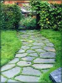 Садовые дорожки украсят любой участок или дачу, при этом они наделены и практическим значением. Эффектными получаются тропинки из натурального материала – гальки, сланца или песчаника. Используют