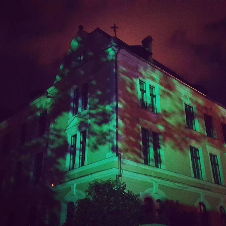 #amural #day1 #dupaziduri #mural #art #light #september #night #colour #withfriend #arhitecture #bulding #brasov #ig_brasov #artoftheday #citylife #photo #artstagram #streetart #streetphotography #green #2016 #shadow #ig_romania #festival (la Dupa...