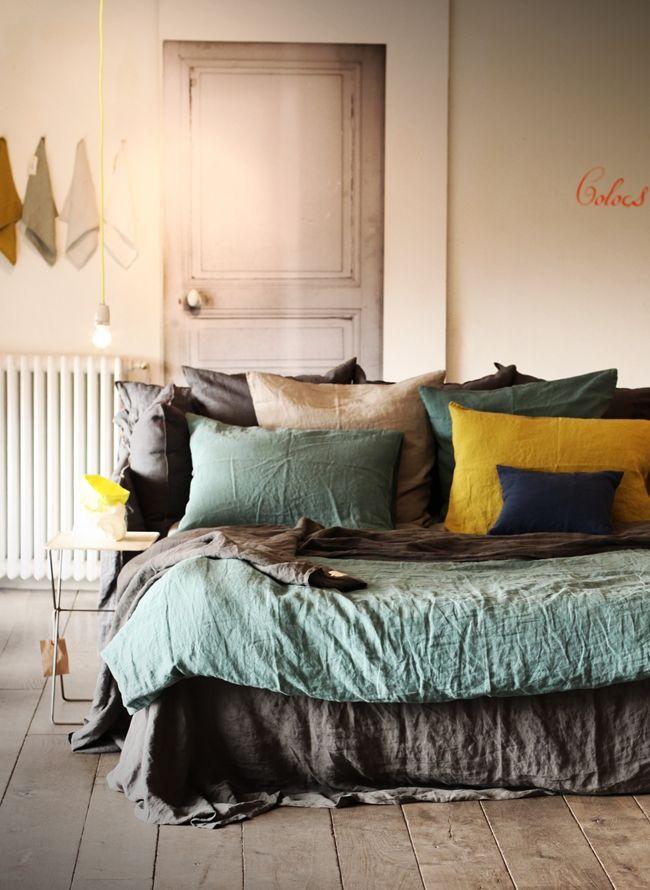 Mokkasin - association de couleurs.  Love the bedding and beautiful pillows