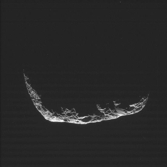 Cassini photographie Hypérion à 34000 km | Ciel et Espace