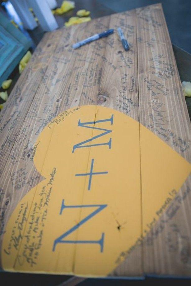 Leuk gastenboek idee (tuin) tafel met handtekeningen even aflakken en klaar