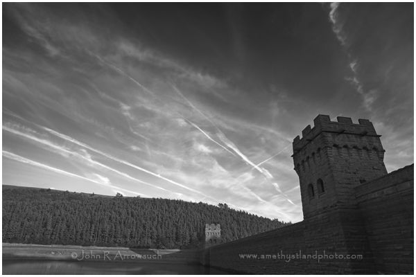 Howden Contrails; A Weather forecast for fine weather, pushed me out the door. I decided to head up to the Ladybower reservoir in the Peak District.