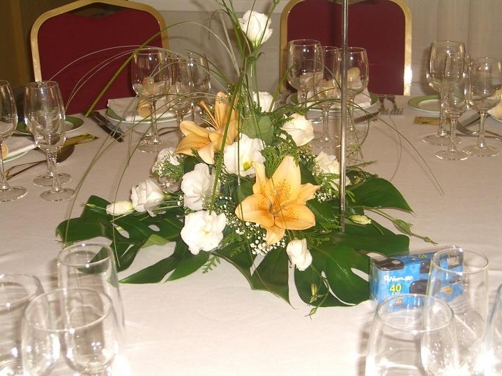 Centro floral restaurante para mesa de invitados realizado for Centros de mesa para restaurantes
