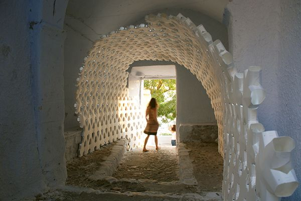 """Daphne. La estructura, que intenta mostrar la relación existente entre el """"pasado"""", el """"presente"""" y el """"futuro"""", ha estado situada en el túnel que comunica la plaza central de la ciudad griega Pyrgos con la parte más alta de la misma, donde se encuentran las ruinas del castillo Kastelli."""