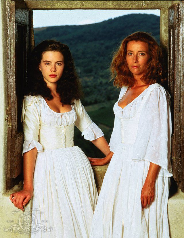 Hero (Kate Beckinsale) and Beatrice (Emma Thompson) - Mucho about nothing love this play! (1993)