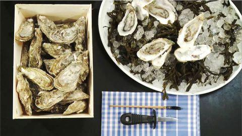 Video-Kochschule: Austern öffnen - BRIGITTE   Das zarte, mild-würzige Austernfleisch ist eine Delikatesse. Frische Austern erkennt man an der fest verschlossenen Schale. Beim Öffnen der Auster die Hände am besten mit einem Küchentuch vor der rauen Schale schützen. Zum Öffnen eignet sich ein Austernmesser oder ein kurzes, kräftiges Messer.  Ist die Auster geöffnet, lassen sich Sand und Schalenreste mit einem Pinsel entfernen. Austern können roh, gratiniert oder in Teig ausgebacken gegessen…