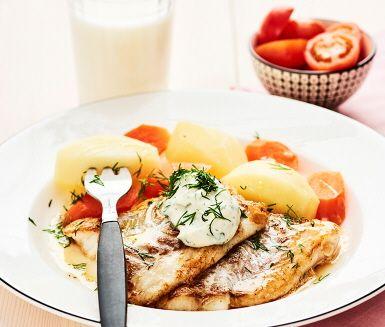 Kvällens middag är busenkel att tillaga och supergod - En delikat och saftig torsk som serveras med krämig majonnäs smaksatt med citron och dill. Fisken och majonnäsen gifter sig perfekt och serveras med nykokt potatis, morot och små knallröda körsbärstomater.