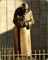 San Giovanni Rotondo jest celem każdej polskiej pielgrzymki, która przybywa do Włoch. Jest to miejsce ściśle związane z Francesco Forgione, znanym jako Ojciec Pio. We wrześniu 1918 roku pojawiły się stygmaty na jego dłoniach, stopach oraz na boku i utrzymywały się aż do śmierci.
