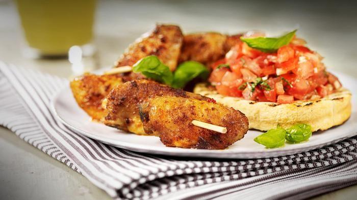 Grillede kyllingvinger med tomatsalsa og grillet loff