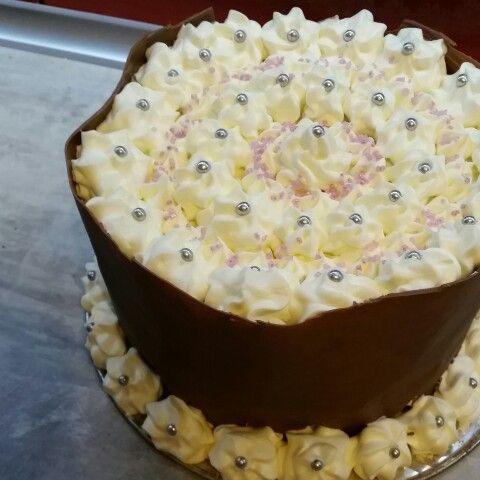 Tort śmietankowy z czekoladową koronką