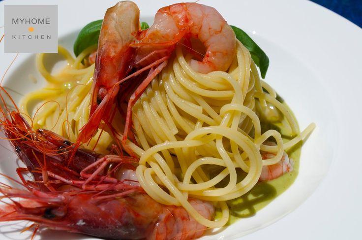 Spaghetti con gamberi rossi di Sanremo e crema di zucca d'Albenga   Gamberi e zucchine, è forse una ricetta banale, ma quello che conta è come viene cucinato un piatto. Preparatelo con dei gamberi freschissimi, risottate la pasta con il brodo di gamberi e servitela su di crema di zucca di Albenga - chiamate comunemente trombette o zucchine trombetta - dal sapore delicato che ben si accompagna ai gamberi. www.myhome.kitchen #passionfood #ricette #recipes #recetas