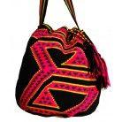 Von Wayuu-Indigenen handgefertigte Einzelstücke Jede Tasche ist ein Unikat und wiederspiegelt die Kultur der Wayuu-Indigenen Sie fusioniert die Talente von Indigenen und Kreollen in Kolumbien und Venezuela Diese Tasche wurde in 3 Wochen fertiggestellt http://www.wayoo.ch/de/144-tribal-bag-nina-.html