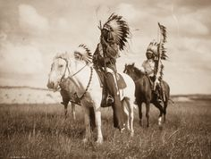 """«Secondo l'uso degli indiani il mio nome sarebbe quello di """"Uomo che non ebbe mai tempo per giocare""""». dice – nelle sue""""Memorie non pubblicate"""" –Edward S. Curtis, esploratore, etnologo e fotografo statunistense che mise il proprio occhio fotografico a servizio delle vita e delle storie dei nativi americani. Sarà pure un ricordoreale ma certamente un..."""