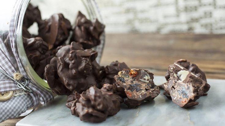Superenkel og kjempegod sjokoladekonfekt med nøtter og tørket frukt. Det blir ekstra godt hvis du rister nøttene i ovnen ved 180 grader til de er gylne. Det tar cirka ti minutter. Da blir de mer knasende og får mer smak.  Denne oppskriften gir cirka 40 biter.