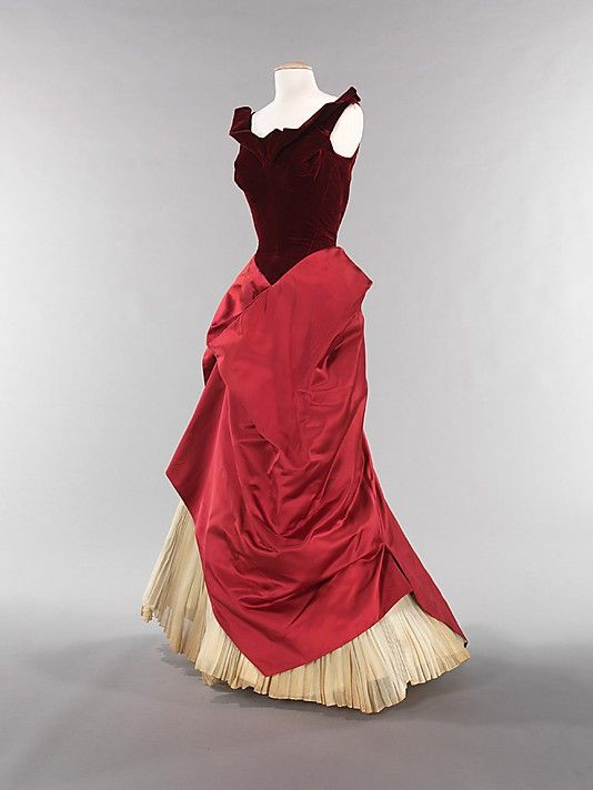 This Charles James gown from 1949 is really interesting! I see belle epoch in the bodice and 1870s in the skirt. What caught your eye ?