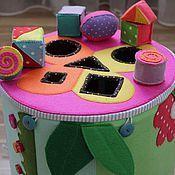 Купить или заказать Развивающий коврик Сказка в интернет-магазине на Ярмарке Мастеров. Развивающий Коврик Сказка, 150*150см -развивает мелкую моторику -тренирует память и логику -дает стартовые знания о геометрии, счету, окружающему миру. -положительно воздействует на сенсорику малыша. -позволяет вовлечь ребенка в ролевые игры. Подробности: Главный элемент - радужный шар, раскрывающийся в цветок с бабочками на каждом лепестке, учим деток соответствию цветов (бабочки на липучках), съемный…