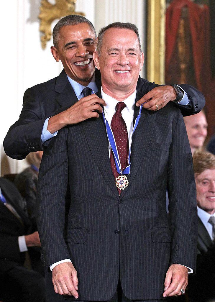 Le président Barack Obama et Tom Hanks de La photo du moment Le président américain remet la médaille présidentielle de la liberté à l'acteur et réalisateur lors d'une cérémonie dans l'East Room à la Maison-Blanche.