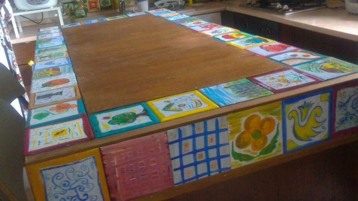 La penisola in cucina recuperata da un vecchio cassettone e decorato con le piastrelle decorate a mano