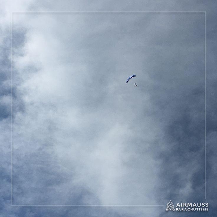 Quelques minutes magiques de descente sous voile ! Le saut en parachute : entre sensations fortes et émerveillement.  https://air-mauss.com/fr/ou-sauter/8-bordeaux-montalivet.html