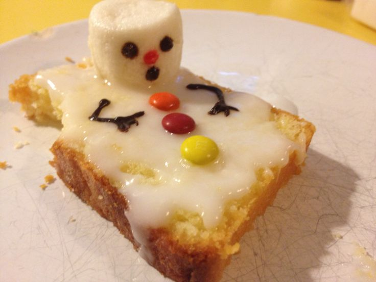 We made our own version of the melted snowman. On a slice of cake with white icing, half a marshmallow and mini M&M as buttons, the eyes arms and nose were done with edible chocolate or color crayons. Too cute! More on mymunchies.nl