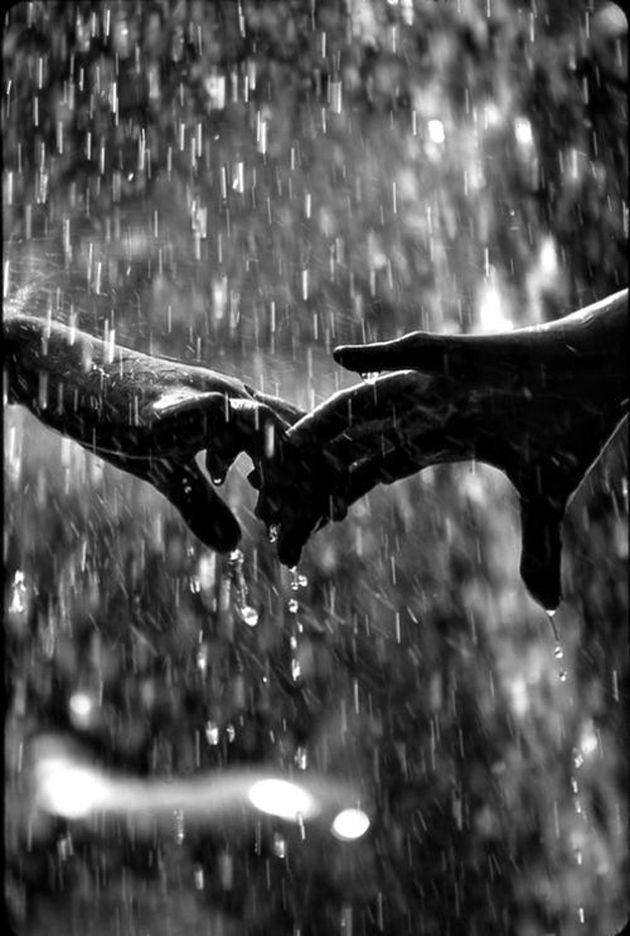 Nette romantische Paare Schwarzweiss-Fotografie im Regen