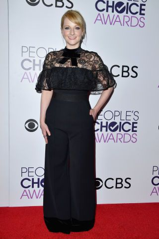 The Best Red Carpet Looks from the 2017 People's Choice Awards  Melissa Rauch looked so elegant!
