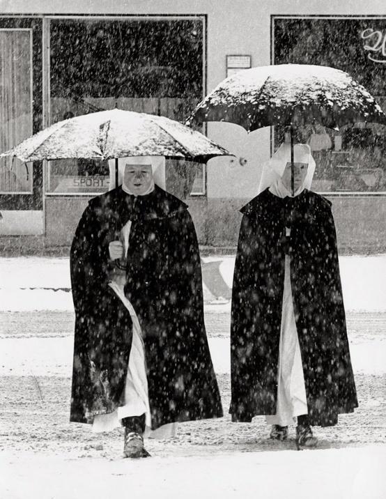 Toni Schneiders - Garmisch (Nuns in the snow), 1960. S)