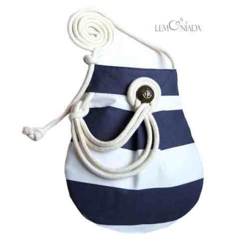 Pasiasta torebka-worek inspirowana stylem marynarskim, nieustannie powracającym w sezonie wiosenno-letnim... Uszyta z bawełnianego materiału w biało-granatowe pasy, zapinana na rzep, w środku wykończona podszewką do kupienia w KuferArt.pl