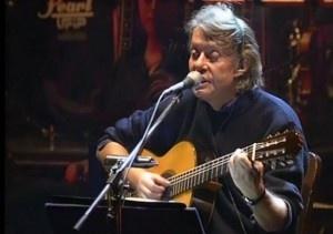 """Fabrizio Cristiano De André (Genova, 18 febbraio 1940 – Milano, 11 gennaio 1999) è stato uno dei più grandi cantautori italiani. Conosciuto come """"Faber"""", è autore di numerose canzoni di successo. Un grande artista e uno dei massimi esponenti della musica italiana."""