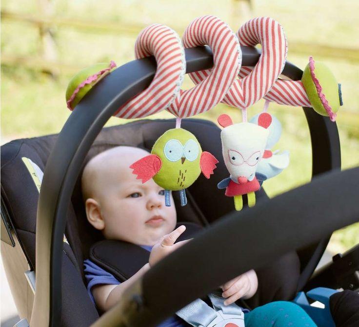 Zakup odpowiedniego fotelika samochodowego okazuje się łatwizną w porównaniu z zajęciem dziecka podczas długiej i wyczerpującej podróży samochodem. Jakie macie sposoby na zabawienie kilkulatka podczas jazdy?