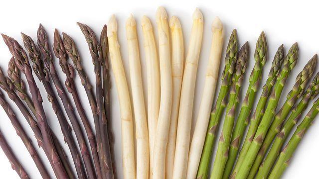 Les asperges sont disponibles en trois couleurs: violettes, blanches et vertes.