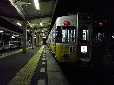 夜、高松に着いて、コトデンに乗ろうと思った。瓦町駅の窓口で1DAY TICKETを求めると、今日中しか使えないと少し申し訳なさそうに念を押された。構わない。そして来た列車は、琴平線の途中駅までの列車。迷わずに、まず乗ってみた。[2011/8 一宮駅 高松琴平電気鉄道琴平線255K一宮行終着(1100形)]© 2010 風旅記(M.M.) 風旅記以外への転載はできません...